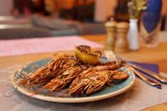 Grandi gamberetti fritti sul piatto dell'argilla fotografie stock libere da diritti