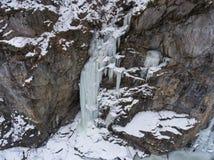 Grandi ghiaccioli che pendono dalla scogliera immagini stock libere da diritti