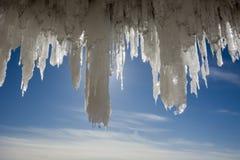 Grandi ghiaccioli nelle caverne di ghiaccio delle isole dell'apostolo sul lago Superiore congelato immagine stock