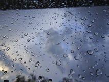 Grandi gocce di pioggia sul parabrezza dell'automobile fotografia stock