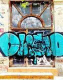 Grandi graffiti blu su una porta in Bulgaria immagine stock libera da diritti