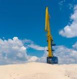Grandi gru, cielo blu e colline della sabbia del fiume Fotografie Stock
