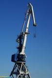 Grandi gru della porta industriale contro cielo blu Fotografie Stock Libere da Diritti