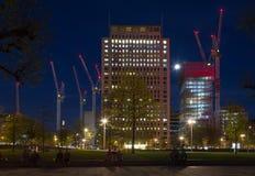 Grandi gru di costruzione alla notte Immagine Stock Libera da Diritti
