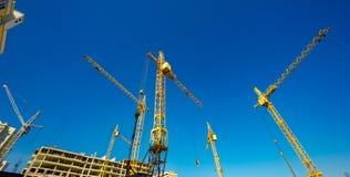 Grandi gru di costruzione Macchinario dell'alta e costruzione pesante Fotografie Stock