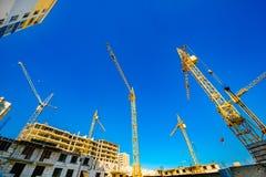 Grandi gru di costruzione Macchinario dell'alta e costruzione pesante Immagini Stock