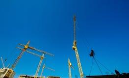 Grandi gru di costruzione Macchinario dell'alta e costruzione pesante Fotografia Stock Libera da Diritti