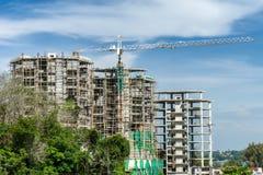 Grandi gru e sito della costruzione di edifici Fotografia Stock Libera da Diritti