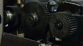 Grandi ingranaggi in olio su una macchina industriale archivi video