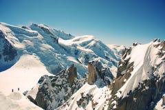 Grandi Jorasses e freeriders, sci estremo, Aiguille du Midi, alpi francesi Fotografie Stock Libere da Diritti