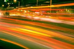 Grandi luci dell'automobile della strada di città alla notte Fotografie Stock Libere da Diritti