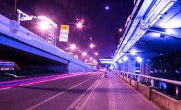 Grandi luci dell'automobile della strada di città alla notte Immagine Stock Libera da Diritti