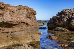 Grandi massi che si trovano sulla spiaggia immagine stock