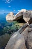 Grandi massi del granito al puntello incontaminato del lago fotografie stock libere da diritti