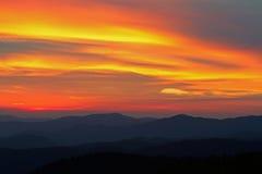Grandi montagne fumose di tramonto Fotografia Stock