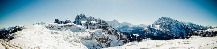 Grandi montagne nelle alpi con neve nell'inverno Fotografie Stock