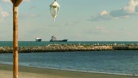 Grandi navi da carico sul roadstead nel mare al giorno soleggiato video d archivio