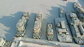 Grandi navi del fiume nel parcheggio di inverno Le navi sono congelate nel ghiaccio Contaminazione aerea video d archivio