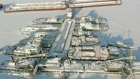 Grandi navi del fiume nel parcheggio di inverno Le navi sono congelate nel ghiaccio Contaminazione aerea stock footage