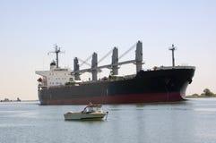 Grandi navi - piccole barche Immagini Stock Libere da Diritti