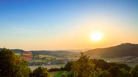 8 grandi nubi blu ENV facile distante dell'aggiunta sistema un villaggio rurale rosso dei cinque della priorità alta di formato d Fotografia Stock Libera da Diritti