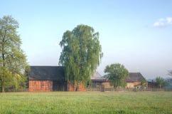 8 grandi nubi blu ENV facile distante dell'aggiunta sistema un villaggio rurale rosso dei cinque della priorità alta di formato d Fotografie Stock