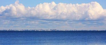 Grandi nubi sopra il Mar Baltico Immagini Stock