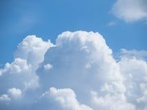 Grandi nuvole bianche e cielo blu luminoso Immagini Stock