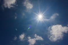 Grandi nuvole lanuginose alte nel cielo Il sole splende attraverso le nuvole Fotografie Stock Libere da Diritti