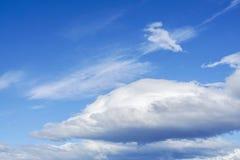Grandi nuvole tempestose in cielo blu profondo nel giorno soleggiato Fotografie Stock Libere da Diritti