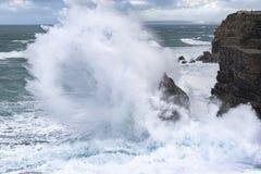 Grandi onde che schiantano a terra la costa atlantica nel Portogallo fotografia stock