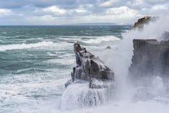 Grandi onde che schiantano a terra la costa atlantica nel Portogallo fotografie stock libere da diritti