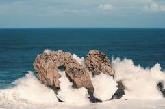 Grandi onde che si rompono contro le rocce, Urros, Cantabria Fotografia Stock Libera da Diritti