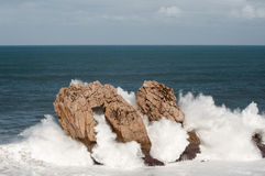 Grandi onde che si rompono contro le rocce, Urros, Cantabria Immagine Stock