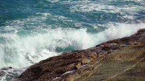 Grandi onde che si schiantano sulla spiaggia di pietra al rallentatore 1920x1080 archivi video