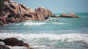 Grandi onde che si schiantano sulla spiaggia di pietra 1920x1080, hd video d archivio