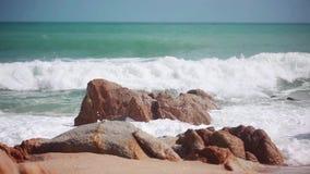 Grandi onde che si schiantano sulla spiaggia di pietra Le onde stanno rotolando su una spiaggia della pietra del ciottolo 1920x10 video d archivio