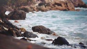 Grandi onde che si schiantano sulla spiaggia di pietra 1920x1080 stock footage
