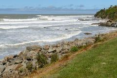 Grandi onde e massi enormi sulla costa dell'oceano Pacifico vicino al punto di Kaka immagini stock libere da diritti
