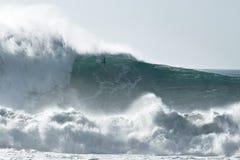 Grandi onde pericolose praticanti il surfing Fotografie Stock