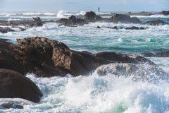 Grandi onde rotte vicino alla spiaggia di pietra fotografia stock libera da diritti