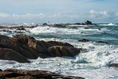 Grandi onde rotte vicino alla spiaggia di pietra della Francia immagine stock