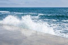 Grandi onde sulla costa rocciosa e sul mare blu immagine stock