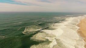 Grandi onde sulla spiaggia sabbiosa della costa occidentale dell'antenna del Portogallo video d archivio