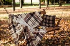Grandi oscillazioni con una coperta accogliente fotografie stock