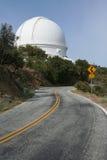 Grandi osservatorio e strada Fotografia Stock Libera da Diritti