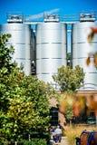 Grandi outroors dei cilindri della distilleria immagine stock libera da diritti