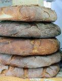 Grandi pagnotte di pane pugliese genuino da vendere in forno italiano Fotografia Stock Libera da Diritti