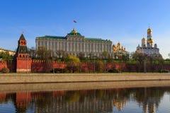Grandi palazzo e cattedrali di Cremlino con le cupole dorate sul territorio del Cremlino di Mosca nella mattina soleggiata della  fotografia stock libera da diritti