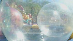 Grandi palle gonfiabili che galleggiano sull'acqua in stagno archivi video